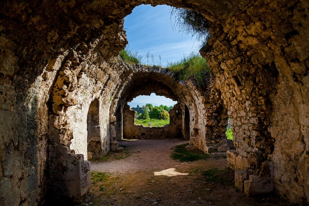 Древние руины сиде в турции кемер анталия старые руины города сиде турция