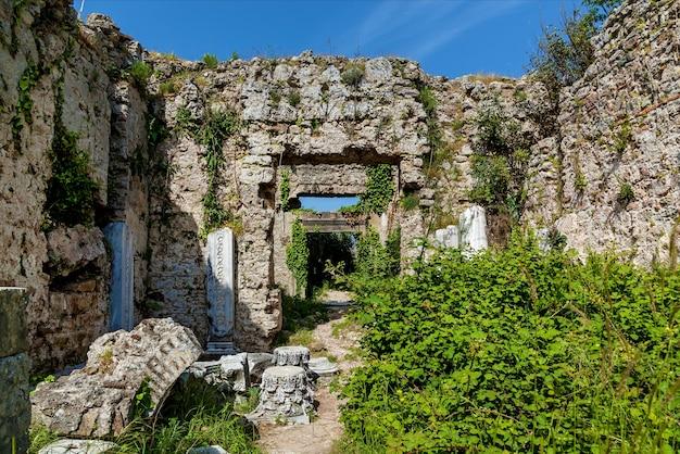 Древние руины сиде в турции кемер анталия. старые руины города сиде турция