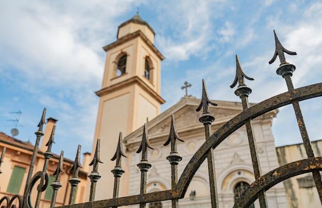 이탈리아 로비고의 고대 작은 교회 문 세부 사항