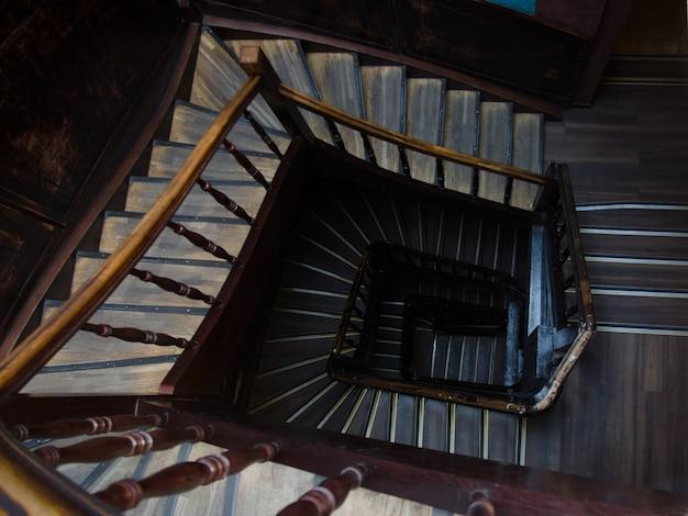 다층 건물의 고대 계단. 바로 위에.