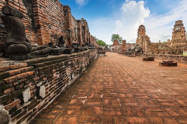 Древняя статуя будды и археологические раскопки в историческом парке аюттхая, провинция аюттхая, таиланд. всемирное наследие юнеско