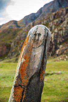 알타이 산맥의 아디르칸 신사에서 찍은 석조 전사 케세르 타쉬의 고대 동상
