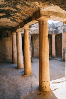Древние каменные колонны в королевских гробницах, пафос, кипр