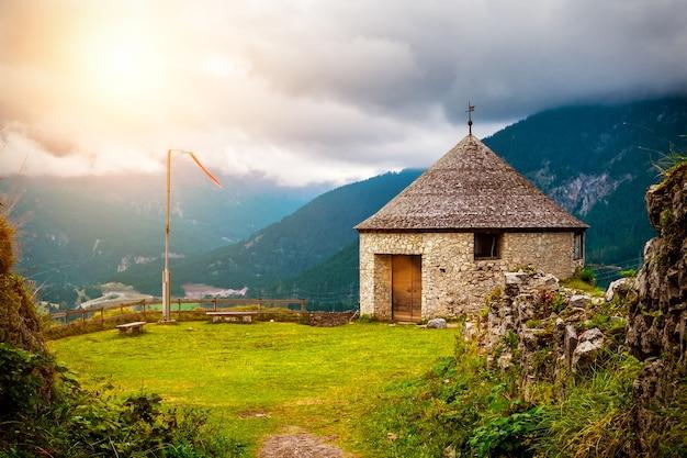 オーストリア、曇天の山城の古代の石造りの塔