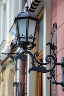 Старинный уличный светильник, висящий на стене
