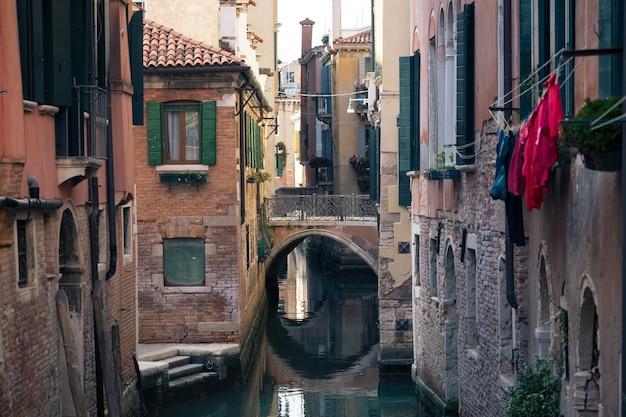 이탈리아 베니스의 고대 거리와 운하