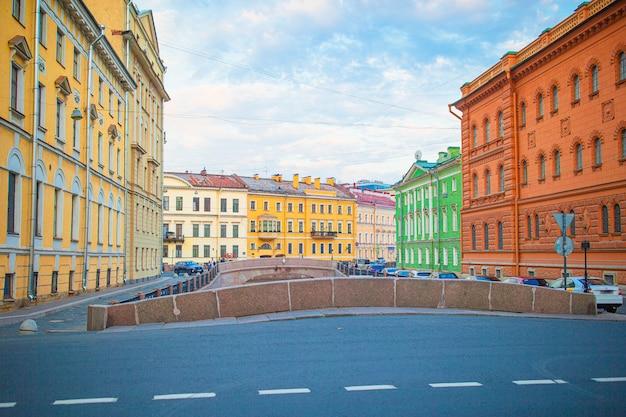 Старинные улочки и набережная с невы в городе санкт-петербург
