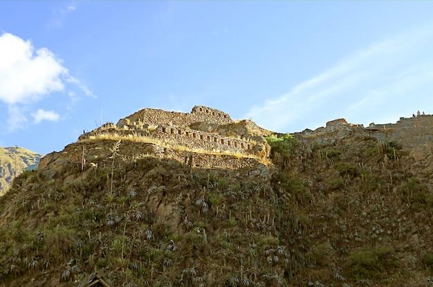 Ollantaytambo 잉카 유적 urubamba cusco peru의 사원 언덕 꼭대기에있는 고대 구조물