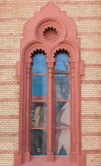 Старинное лепное окно на фасаде церкви в ужгороде