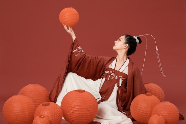 Красота древнего стиля ханьфу с написанием красного фонаря