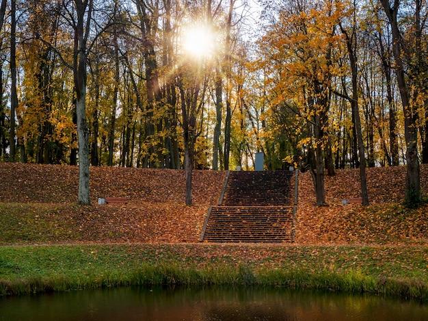 大きな石の階段がある古代の日当たりの良い秋の夜の公園。ガッチナ。ロシア。