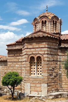 Antico tempio nella città di atene in estate