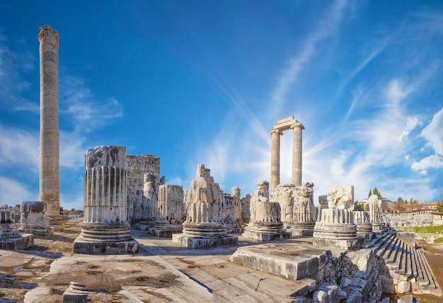 明るい太陽の下でディディムの街にあるアポロの古代寺院。七面鳥