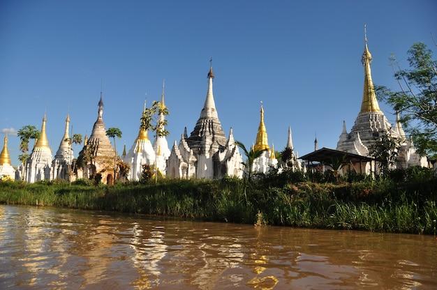 湖のほとりにある古代寺院