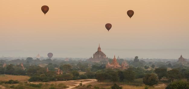 Древние храмы в багане на рассвете, мьянма