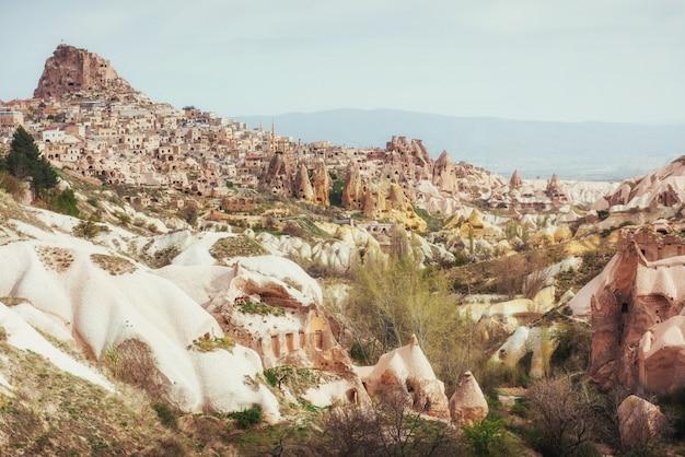 山から掘られた古代の町とウチヒサール城