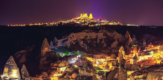 古代の町とウチサールの城は夜の七面鳥で山カッパドキアを掘った
