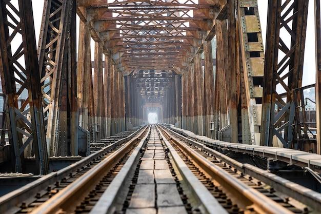 베트남 하노이의 강을 통해 보행자와 함께 고대 기차 강철 다리 long bien 철도