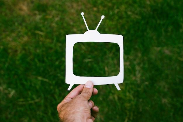 緑の芝生に対して空の画面を持つ古代のテレビ