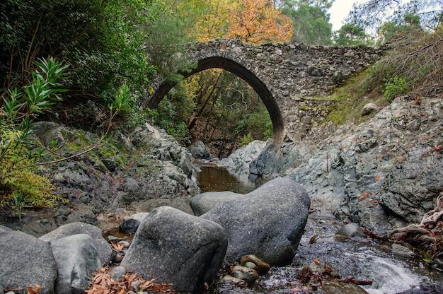 キプロスの川に架かる古代のベネチアンストーンブリッジ
