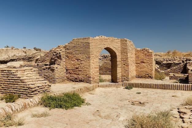 古代の壁と建物への入り口、カザフスタン南部のトルキスタン市の近くの古代都市サウランまたはサウランの遺跡。