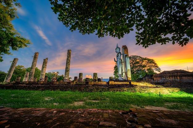 석양이 아름다운 고대 흰색 불상은 불교 사원입니다. 태국 핏사눌록의 주요 관광 명소입니다.