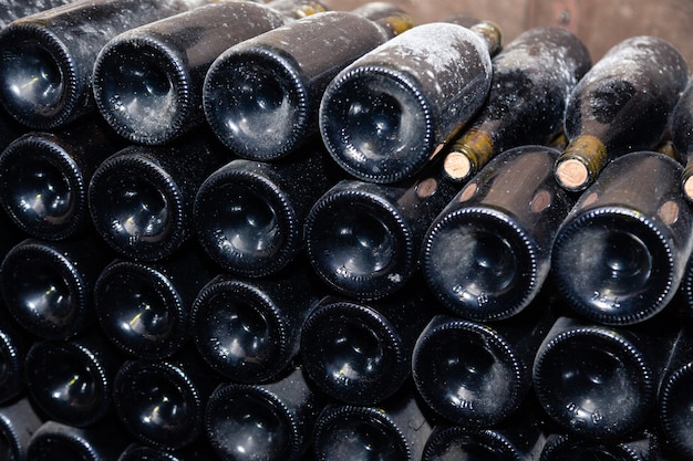 古いワインセラーで古代のワインのボトル