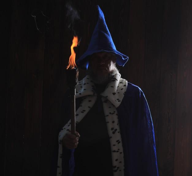 어두운 배경에 고대 마법사