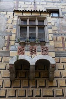 古い建物の外にある古代の木の窓。クローズアップショット