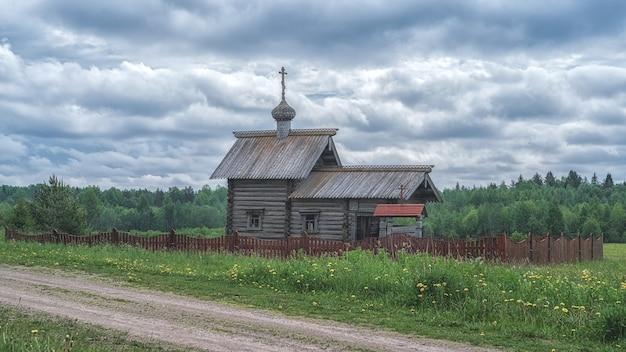 ロシアのポドポロスキーの聖ニコラスにちなんで名付けられた古代の木造礼拝堂