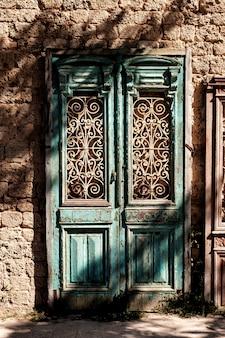 Древняя деревянная дверь в старой каменной стене