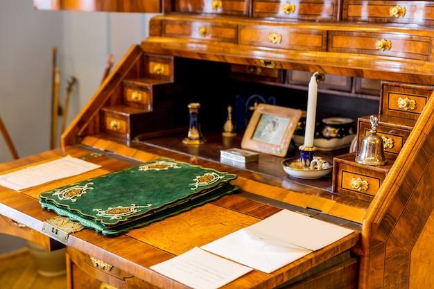 博物館、クローズアップ、ヨーロッパの古代の木製ドレッサー