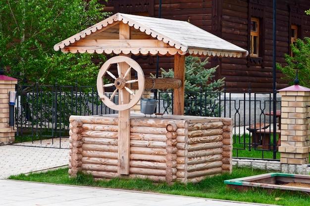 ウインチ付きの古代の木の井戸