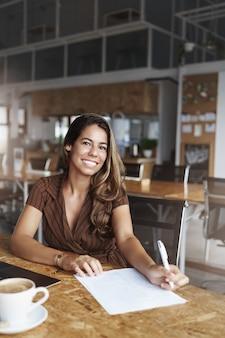 카페에서 일하고 웃 고 성공적인 히스패닉계 여자