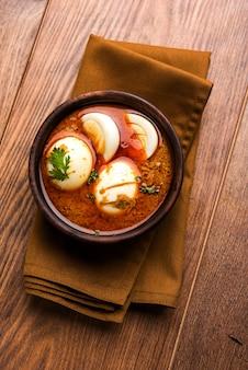 안다 카레 또는 에그 마살라 그레이비, 인도 매운 음식 또는 조리법, 로티 또는 난과 함께 제공되며, 선별적인 초점