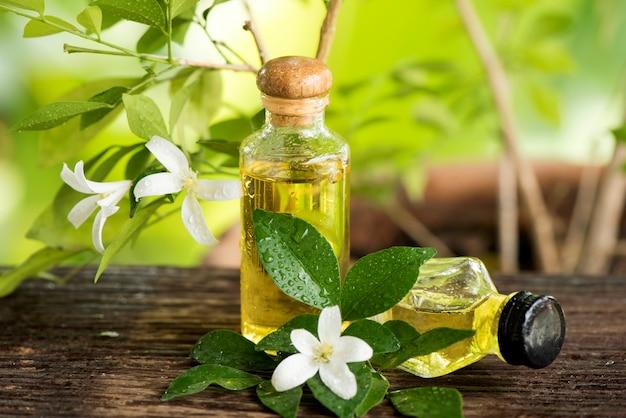 アンダマンサテンウッドまたはムラヤパニクラタの花と自然のエッセンシャルオイル。