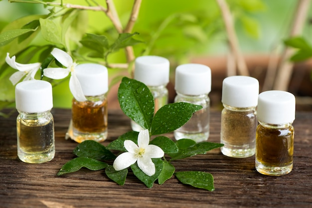 アンダマンサテンウッドまたはムラヤパニクラタの花と自然の香水。 Premium写真