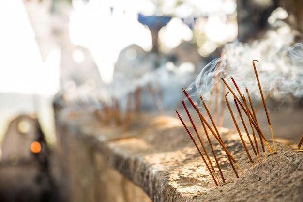 Свечи в древнем храме будды на шри-ланке