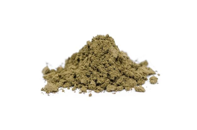 Закройте вверх andrographis paniculata травяные жаропонижающие капсулы, изолированные на белом