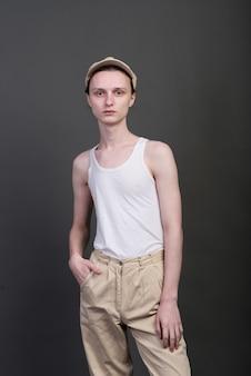 Андрогинный красивый молодой человек