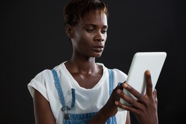 Андрогинный мужчина с помощью цифрового планшета