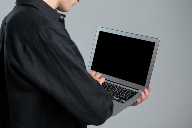 Андрогинный человек, использующий ноутбук