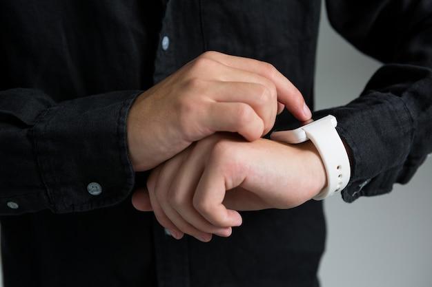 Андрогинный мужчина с помощью умных часов