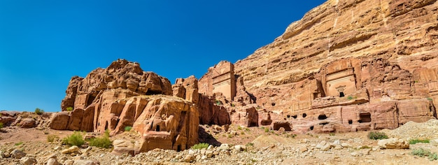 Гробница анейшо в древнем городе петра. объект наследия юнеско в иордании