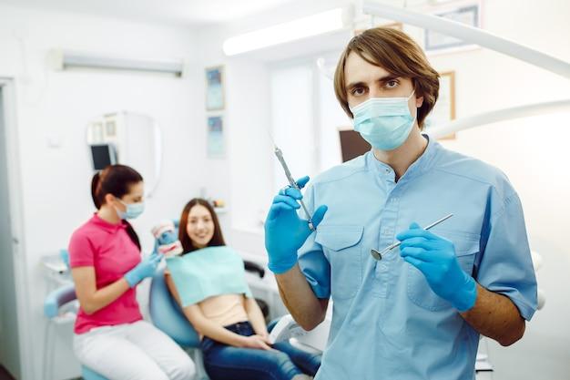 歯科医院で注射器でポーズをとる麻酔科医