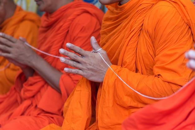 Анг тхонг, таиланд - 21 мая 2017 года: тайский монахский ритуал для церебрата нового дома или домашнего потепления c