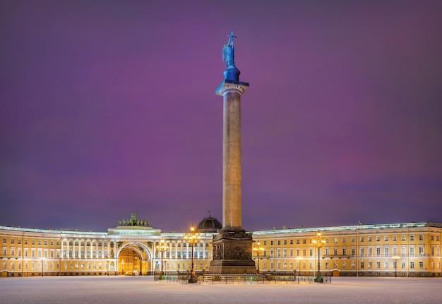 Ангел александровской колонны на дворцовой площади в санкт-петербурге в зимнюю ночь