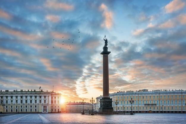 Ангел на александровской колонне на дворцовой площади в санкт-петербурге ранним летним утром