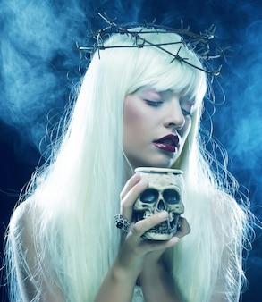頭蓋骨と天使のような長い髪の女性