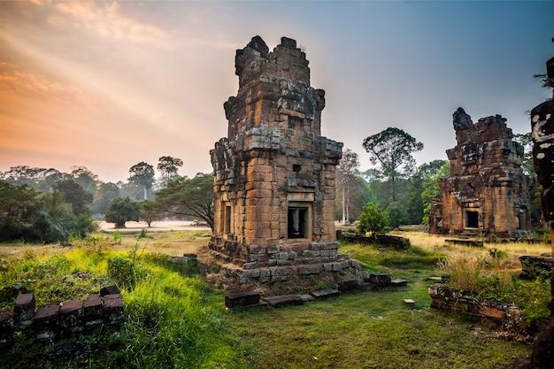 カンボジアのアンコール寺院内の象のテラス近くのアンコールトム庭園。アンコールワット寺院は世界最大の宗教的記念碑です。古代クメール建築